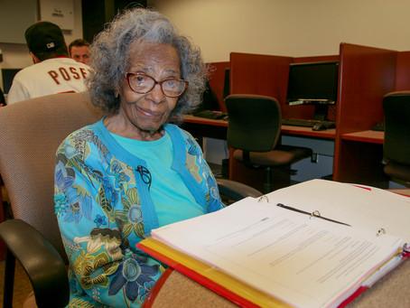 À 99 ans, Doreetha Daniels obtient son diplôme universitaire!!!