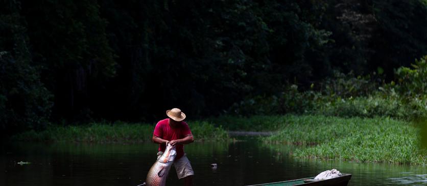 A sabedoria dos ribeirinhos e a pesca sustentável do Pirarucu no novo fotolivro de Bruno Kelly
