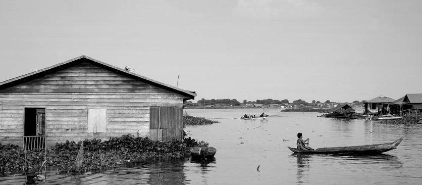 Fotografando de cima de um barco, Gonçalo Pinheiro registra a vida no Tonle Sap