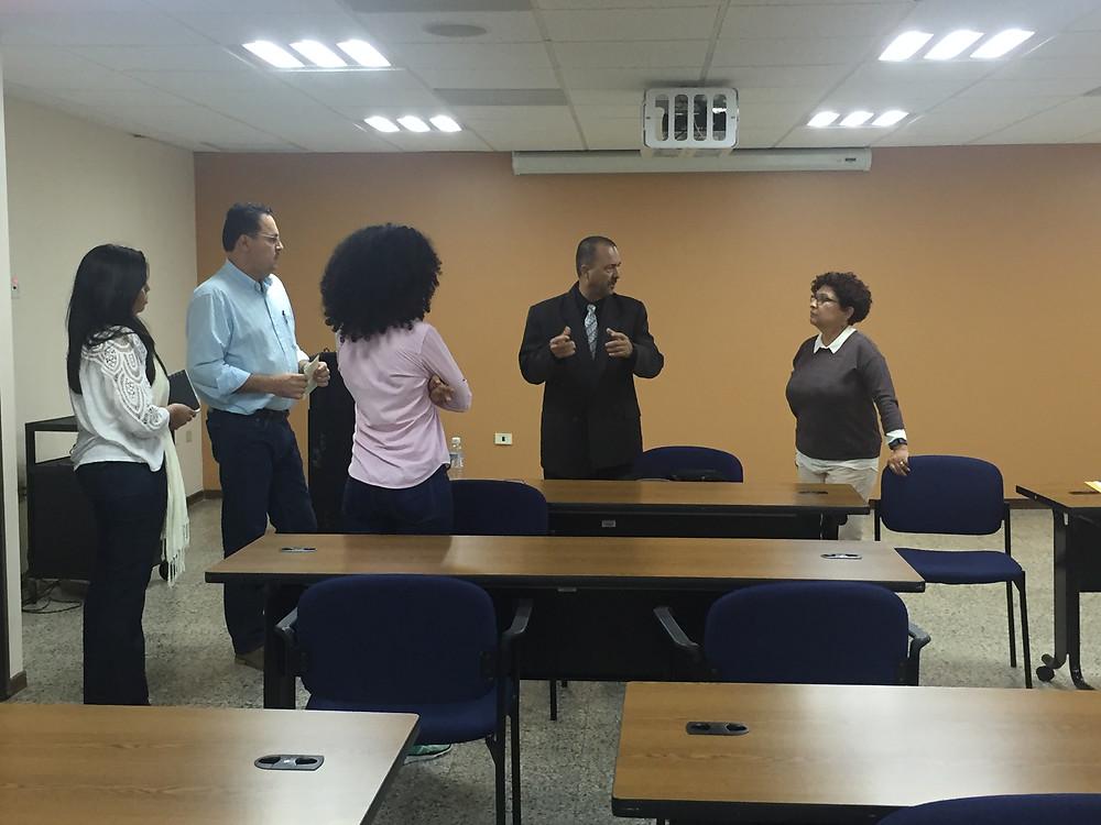 El Dr. Alexis Lorenzo orientando sobre el congreso en Puerto Rico
