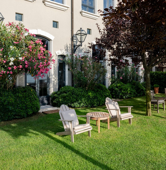 relaxed-seating-at-grass-lawn-by-the-sea