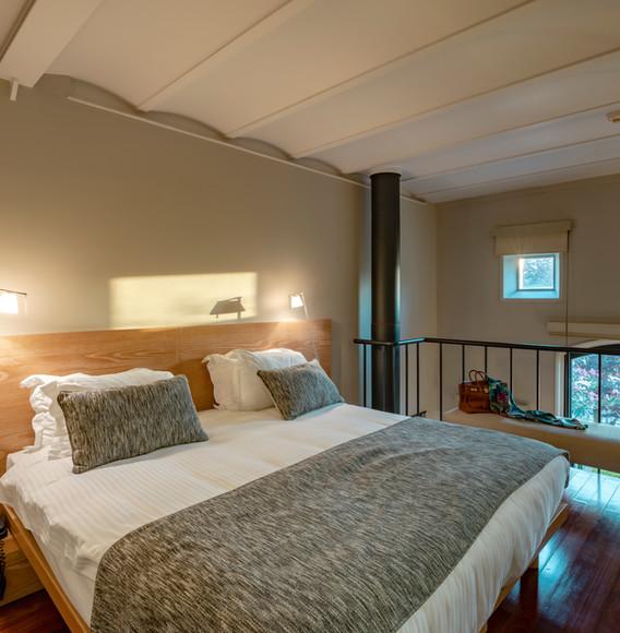 mezzanine-level-bedroom-at-loft-suites.j