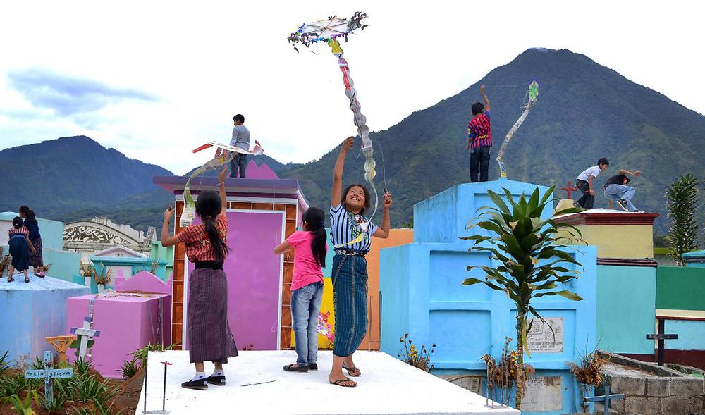 Niños vuelan cometas el Día de Todos los Santos en Santiago Atitlán, Guatemala. Credit Andrés Sosof/Fotokids Guatemala