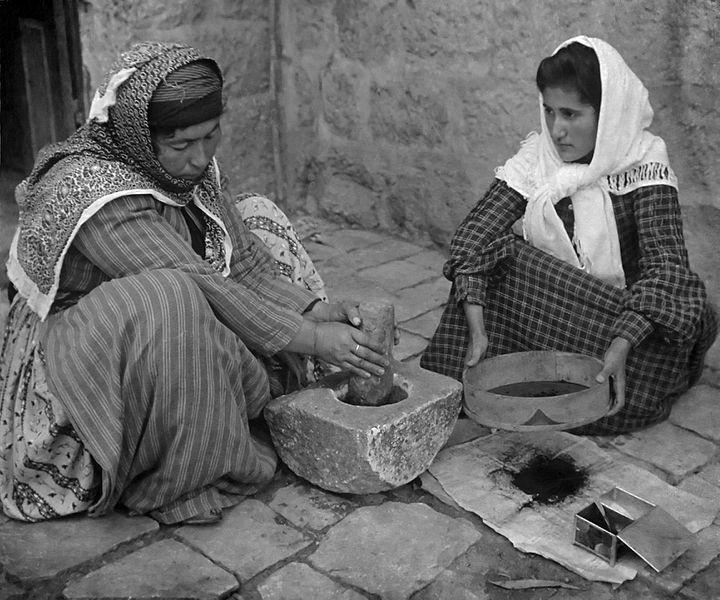 Mujeres palestinas moliendo café a la manera antigua, 1905.