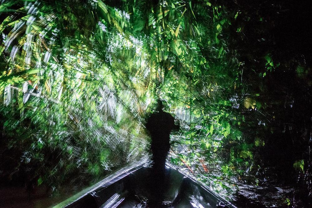 José Miguel Santi dirige una expedición de cacería en la lancha de sus primos en la Amazonía ecuatoriana. Credit Misha Vallejo