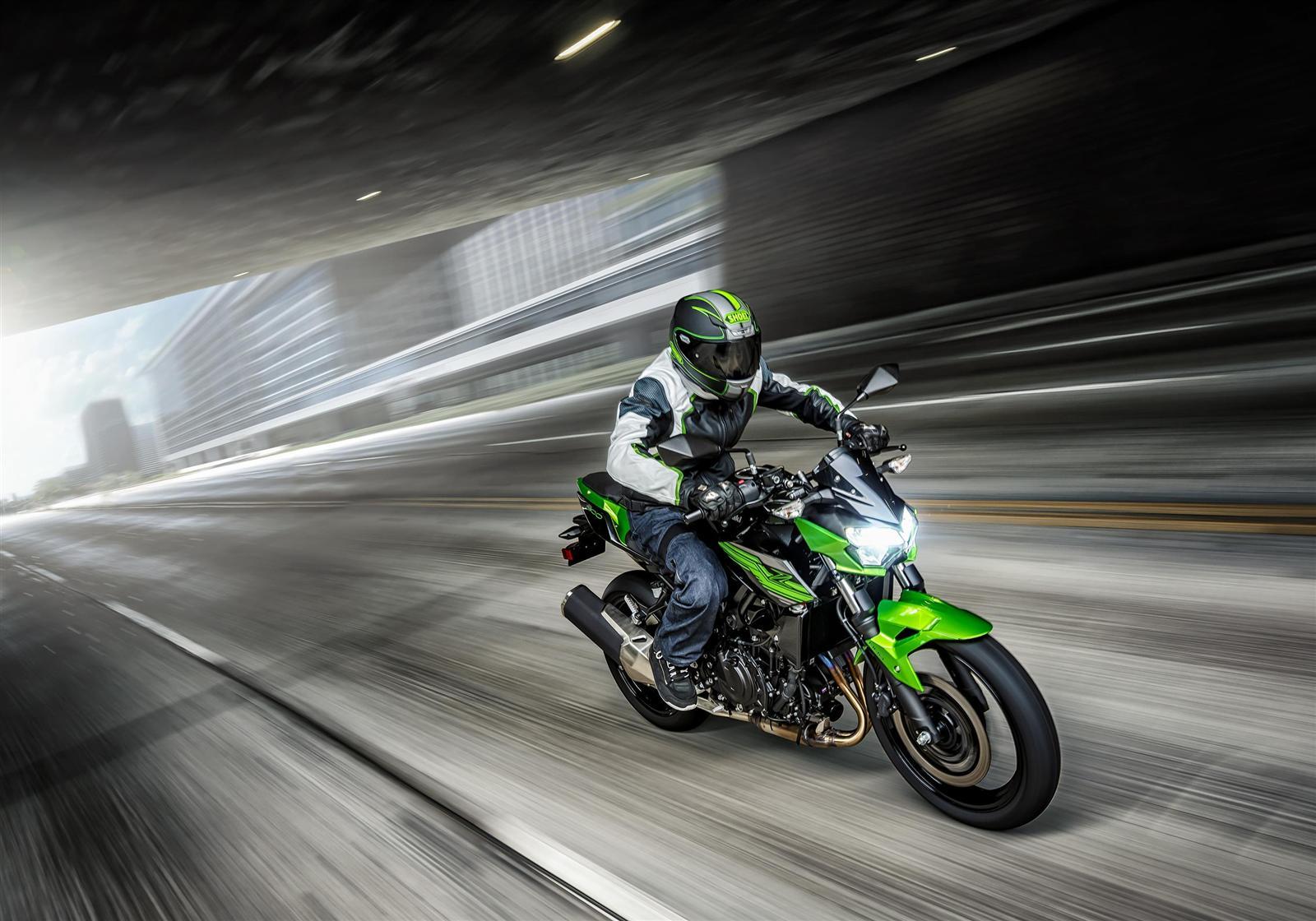 Kawasaki Z400 2019 action 1