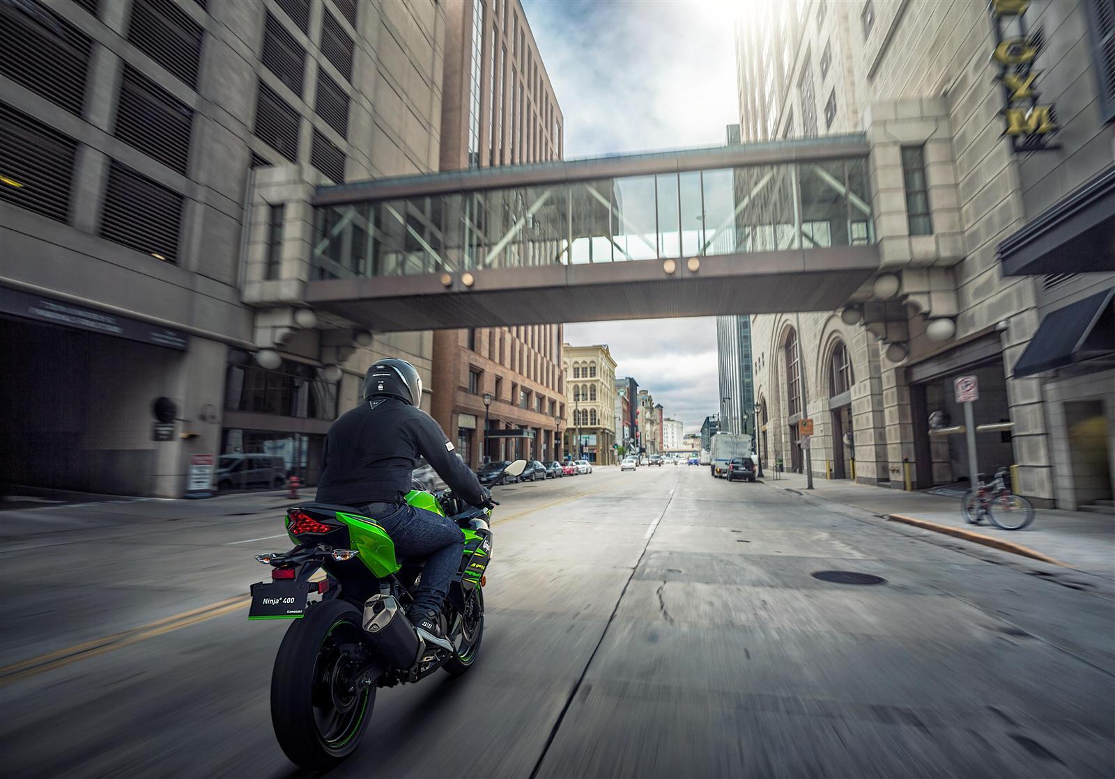 Kawasaki Ninja 400 pogromca korków