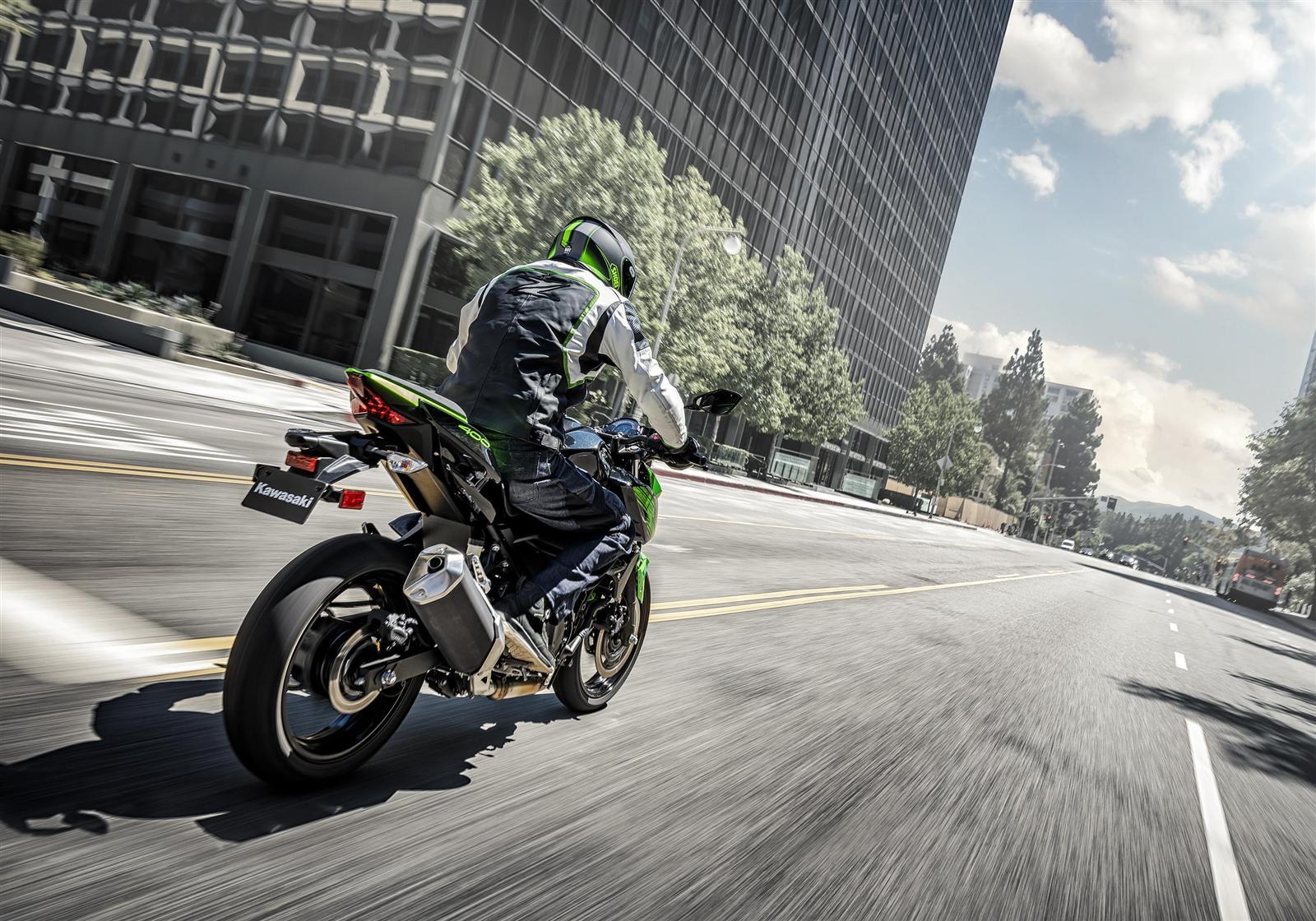 Kawasaki Z400 2019 action 6