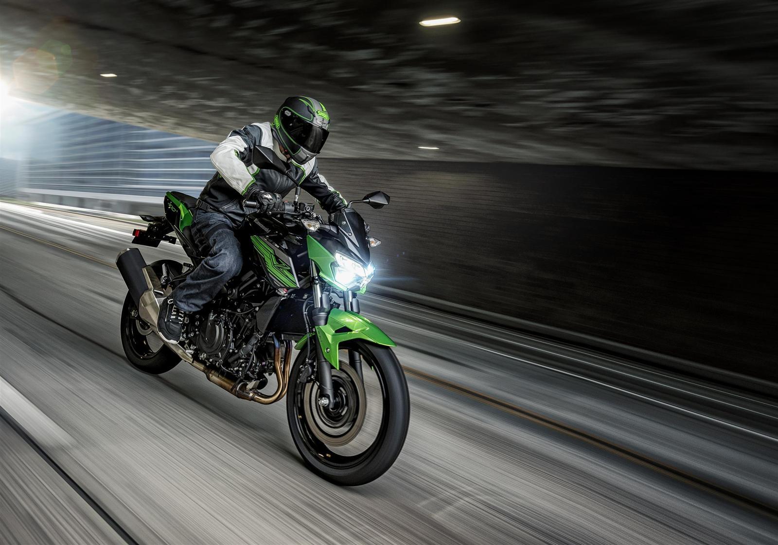 Kawasaki Z400 2019 action 2