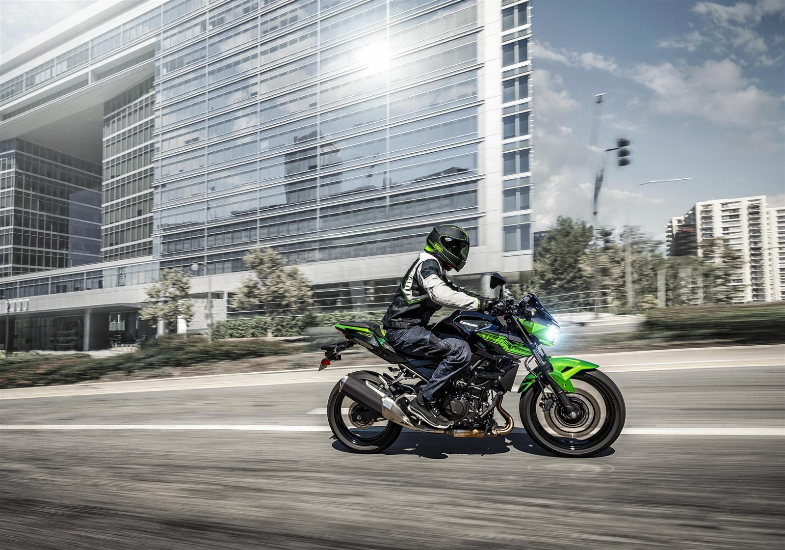 Kawasaki Z400 2019 action 5