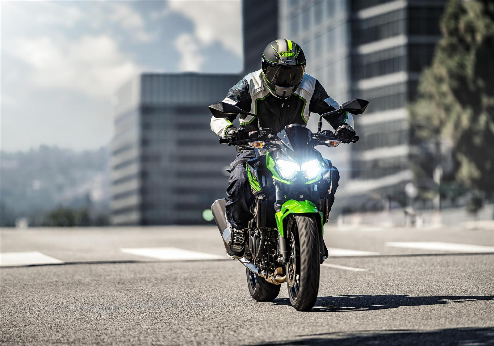 Kawasaki Z400 2019 action 3