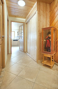 couloir menat à la cuisine avec les WC et salle de bain sur la gauche
