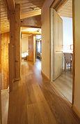couloir du 2ème étage avec les entrées des 3 chambres, escalir sur la gauche