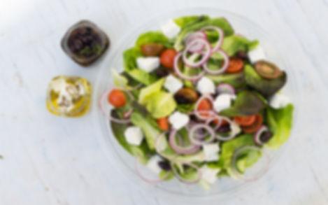 סלט יווני עשירעגבניות שרי חסה מלפפון קלמנטה בליווי פטה, שמן זית ולימון