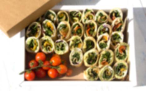 ראפ טורטיה במילוי גוקמולה וסלסת עגבניות מוגש עם עלי ביבי, גבינת שמנת עם זוקיני אפוי ופלפלים צבעוניים בניחוח בלסמי
