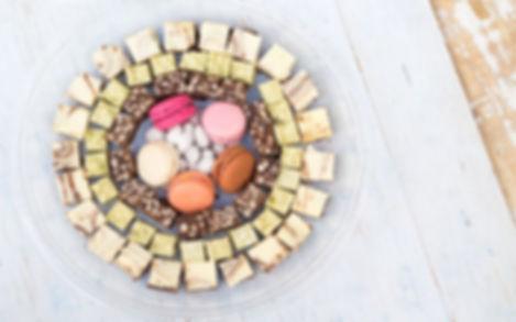 פטיפורים מגוונים, עוגיות (טארט טופי ואגוזים, בראוניז, שקדים מסוכרים,עוגיות תמרים, פטיפור שוקולד לבן ומיני גרנולה בר-