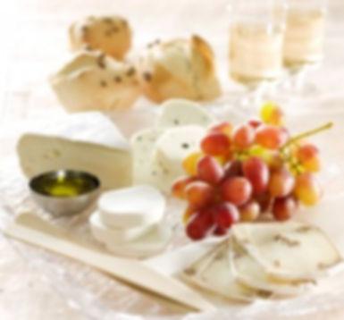 פלטת גבינות חצי קשות וקשות מעוטרות בפירות