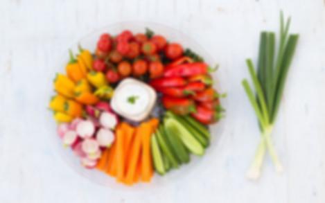 מיני ירקות צבעוניים  עם ויניגרט, יוגורט וגבניה מלוחה
