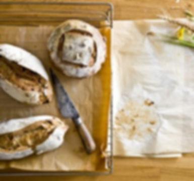 לחמים פרוסים + טחינה ירוקה וטפנד