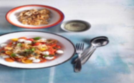 סלט עגבניות שרי , פסטו וכדורי מוצרלה