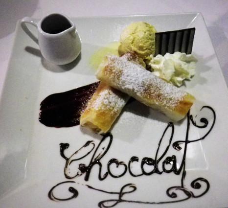 Nems à la banane, glace vanille, sauce chocolat