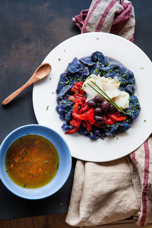 Receta de ensalada de patata violeta, bacalao y pimientos