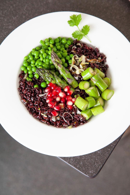 Receta de ensalada de arroz negro Venere verduritas verdes y granada