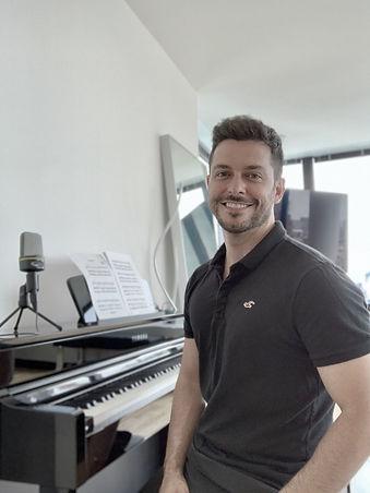 Douglas Tholedo professor de canto