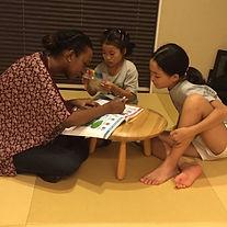 留学生に英語を教えてもらっている子供