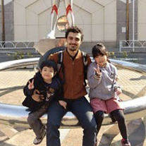 公園に座っている留学生と子供