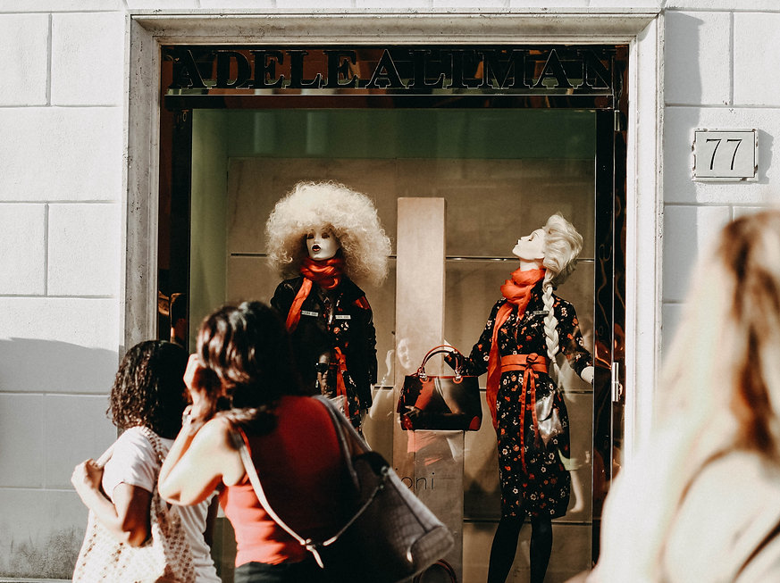 anna-utochkina-unsplash window shopping display