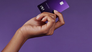 Nubank lança cartão premium em evento com Anitta; veja quem pode pedir