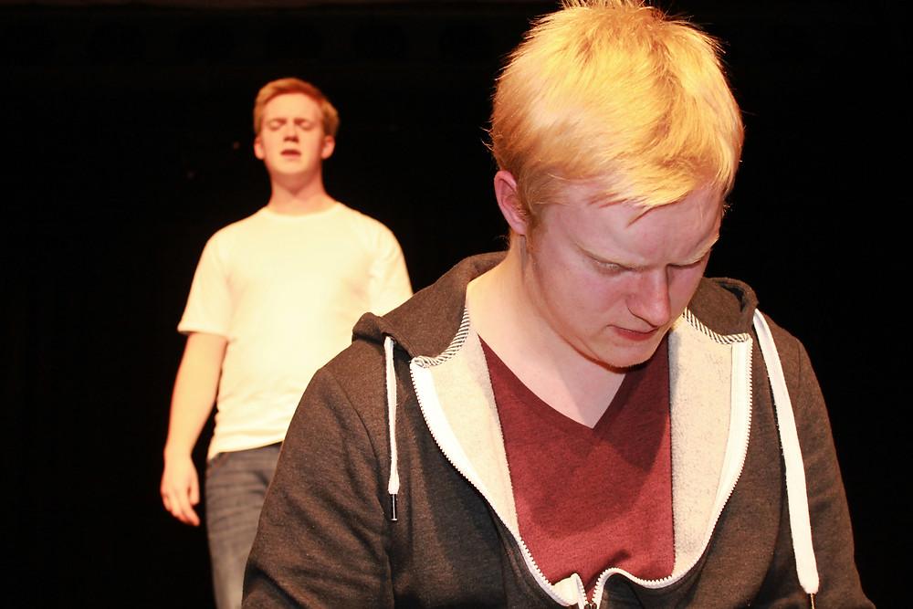 Zu sehen: Lukas Reinken und Niklas Reinken in der Uraufführung 2016 in Friesoythe.