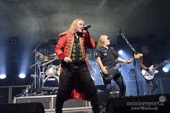 Koncert Kabátu pod cirkusovým stanem je vítaným zpestřením pro fanoušky i kapelu