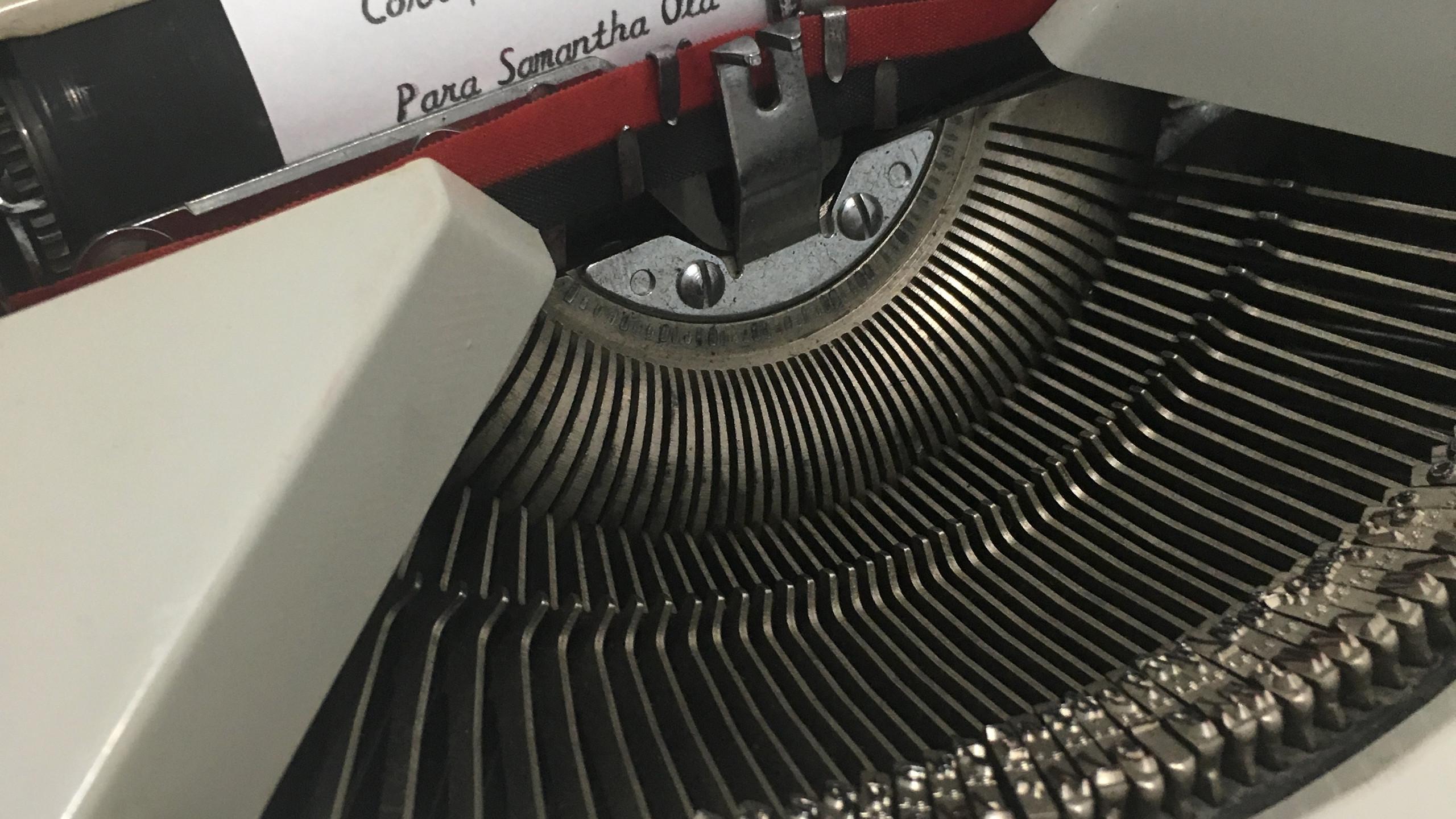 o texto foi  datilografado com a maquina de escrever Hermes Baby