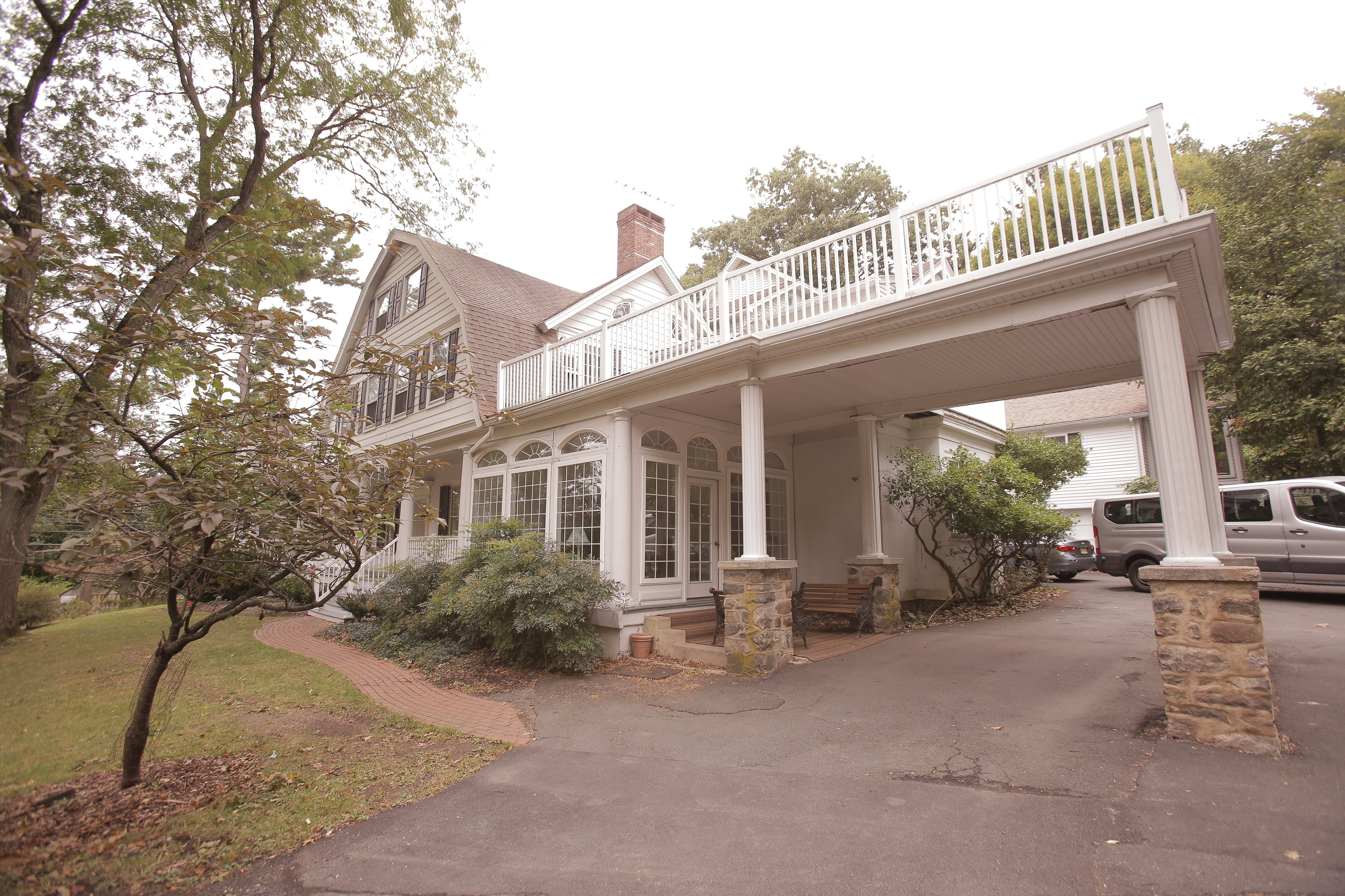 LARGE BALCONY OVER DRIVE WAY