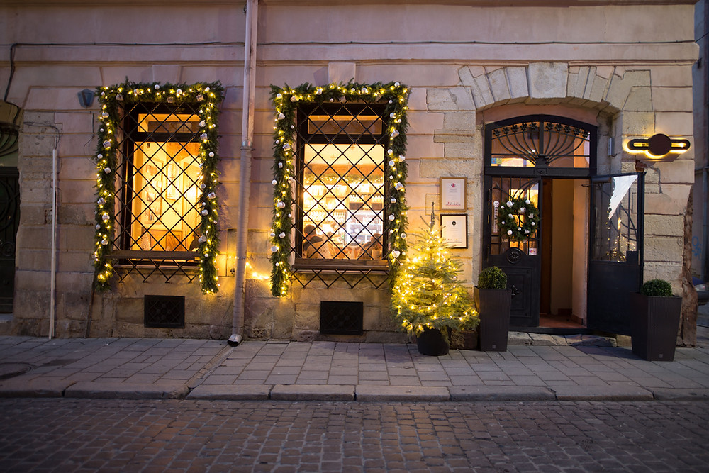 Christmas cheer for larger stores boost real estate prospects in Ermou Str, Kolonaki