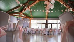 Décoration d'une salle des fêtes pour un mariage bohème chic à Beaussemblant dans la Drôme