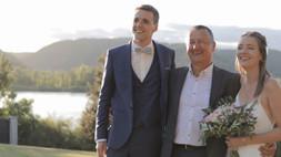 Mariés avec le prête juste après la cérémonie