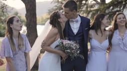 Film de mariage romantique deux jeunes mariés qui s'embrassent
