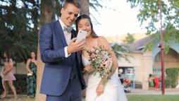 Deux jeunes mariés au téléphone lors du vin d'honneur