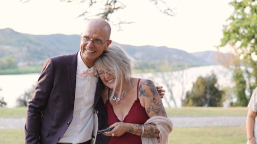 Moment émouvant d'un film de mariage entre le père et la mère de jeunes mariés