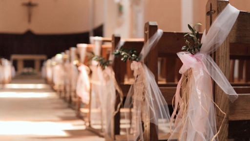 Décoration d'une église lors d'un mariage