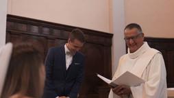 Le prêtre acceuillant la future mariée