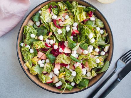Salade met appel, rode biet en geitenkaas