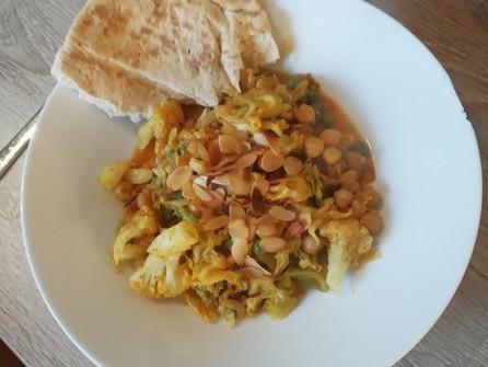 Curry met kikkererwten, savooikool, doperwtjes en bloemkool