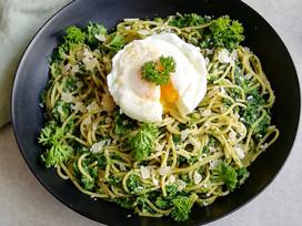 Pasta met spinazie en gepocheerd ei