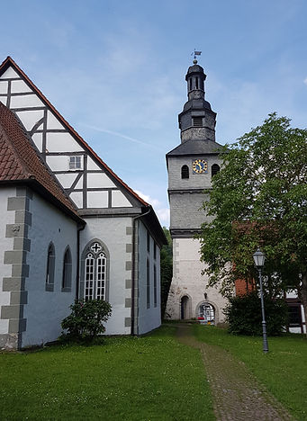Helsa, Nikolaikirche mit Wehrturm