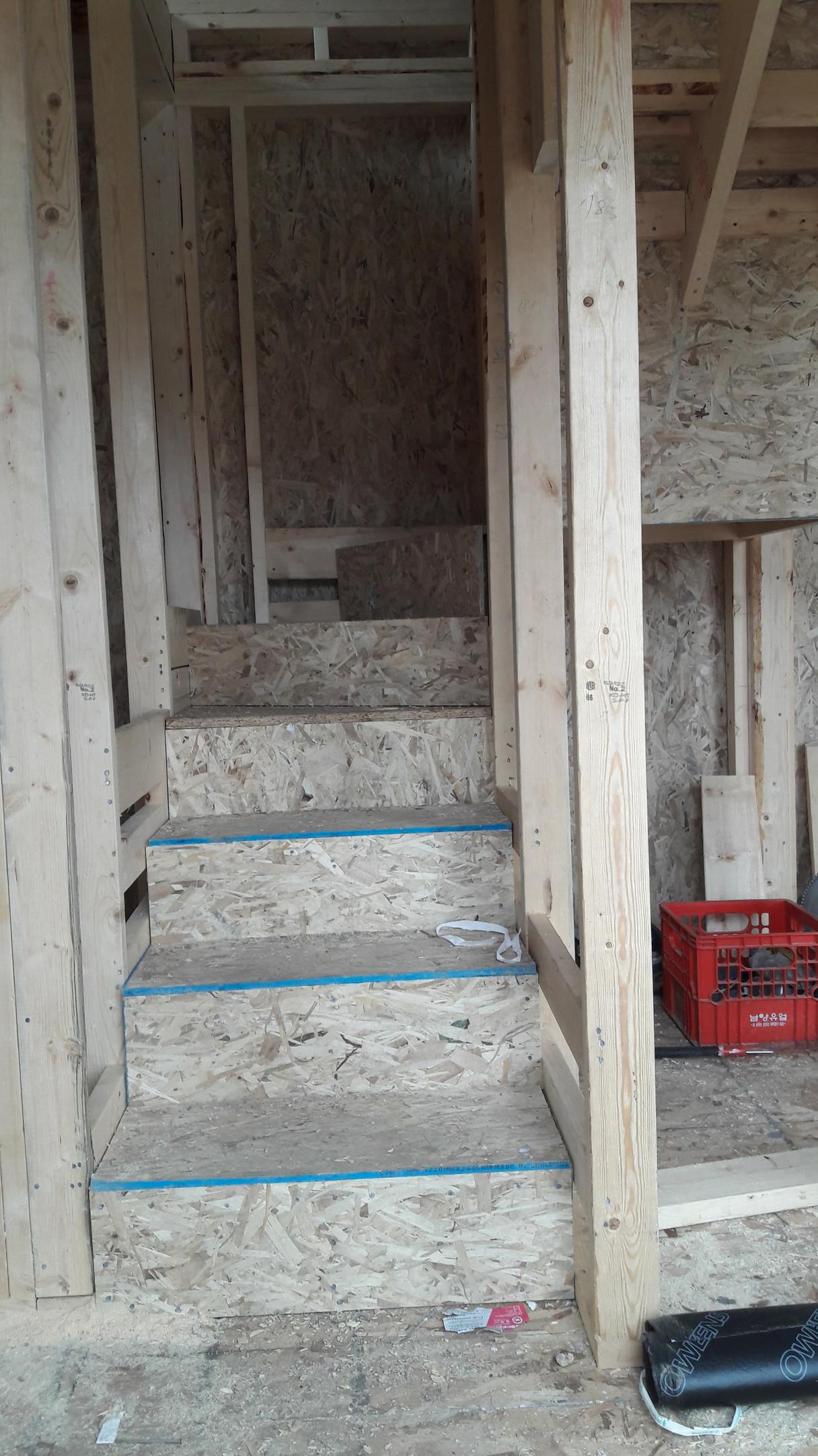 2층으로 올라가는 계단