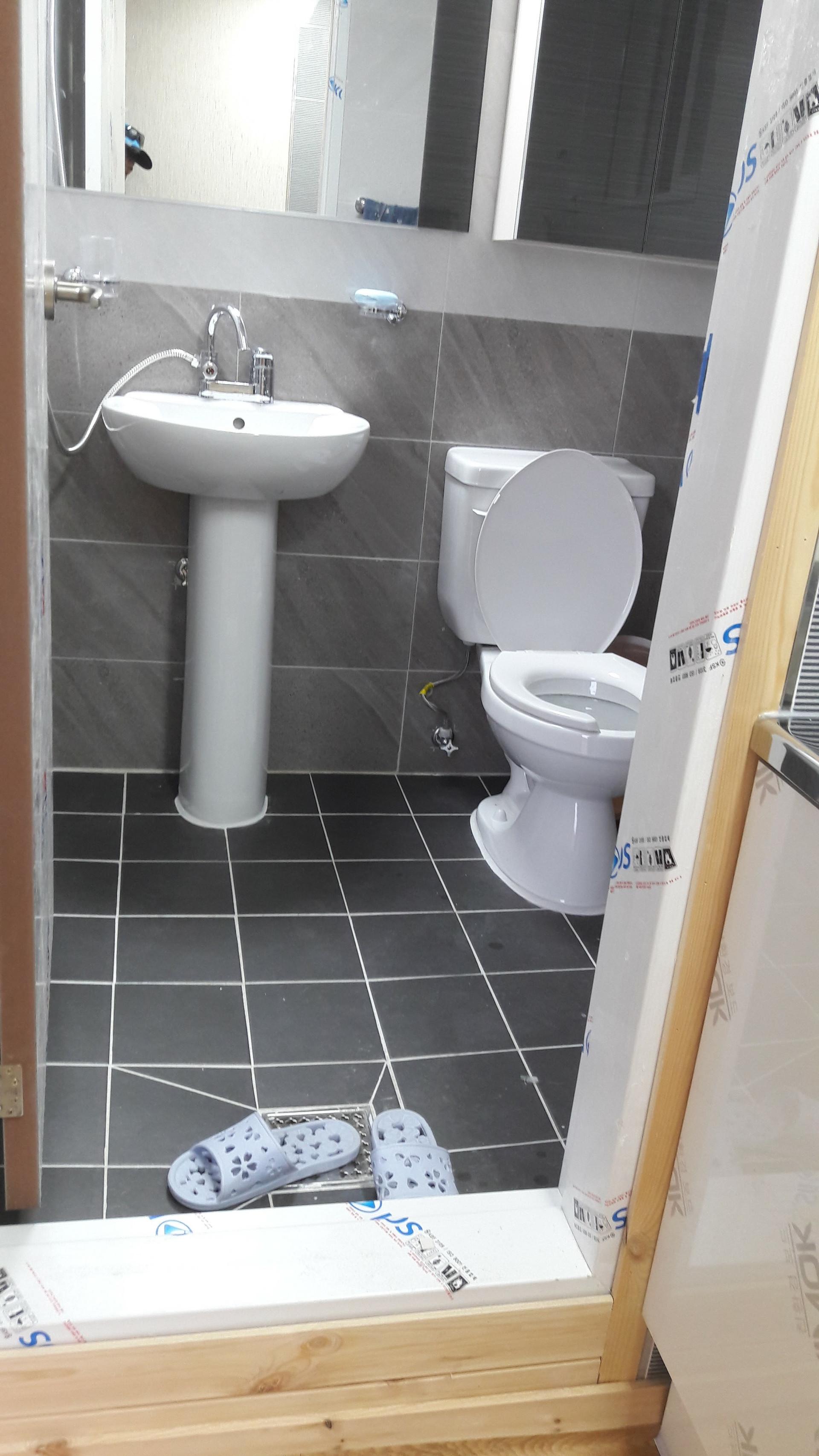화장실을 열고 들어가면